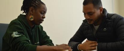 Un abogado consulta a un cliente durante uno de nuestros voluntariados de derecho en Sudáfrica.